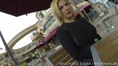 Bibi Noel raggas upp på kafé
