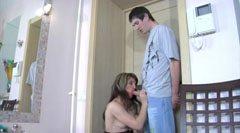 Mamman förför den yngre killen
