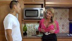 Den blonda mamma knullar med den unga killen i köket