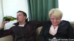 Den gamla kvinnan blir knullad av två män