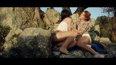 Erotiska kycklingar mellan stenarna