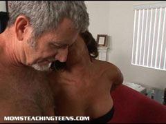 Den Äldre par initierar unga tik
