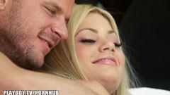 Den underbara lilla flickan knullar med sin pojkvän