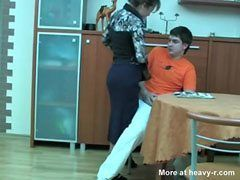 Mamman fångar hennes son när han runkar sin kuk