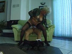 Kåta gråhåriga mormor