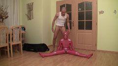 Flexibel tjej i röda klibbiga kläder