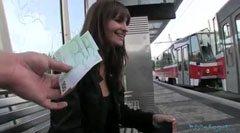 Han plockar upp flickan i järnvägsstationen och knullar henne i naturen