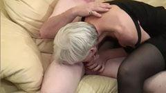 Den grå hårig granny knullas av två män