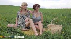 Mamman och hennes styvdotter gå till picknick