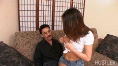Den mannen och den lilla flickan med små bröst
