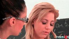 Den blonda school pluggar hennes knytnäve till läraren