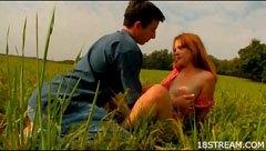 Killen knullar sin flickvän på ängen