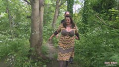 Fettet engelsk kvinna knullar i skogen