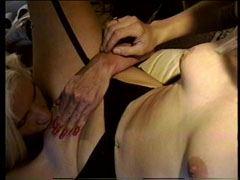 De två blonda brudar har lesbisk sex