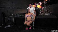 Musikern knullar flickvän faderns