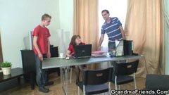 Den mogna assistent och två killar