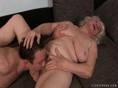 Han knullar den håriga fitta av den gamla kvinnan