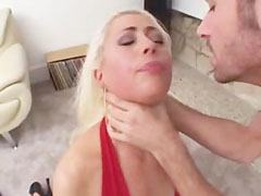 Den lilla blonda älskar grov anal