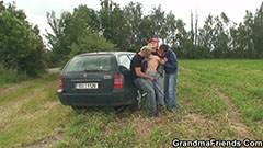 Mormor knullar med två män i naturen