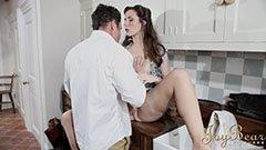 Mannen knullar hennes fru i köket
