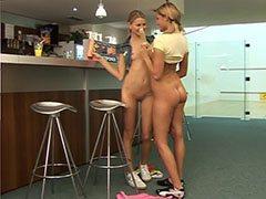 Två trevliga flickor i caféet butiken