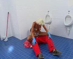 Killen knullar rengöring kvinnan i toaletten