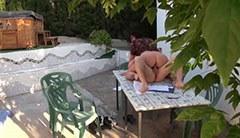 På trädgårdsbordet