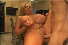Blond styvmor med stora bröst