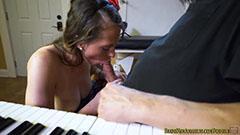 Den lilla tjejen suger musikläraren