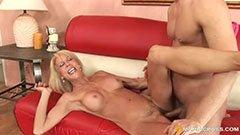 Med den blonda mormor på soffan