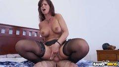 Den brunette mamma förför sin unga son