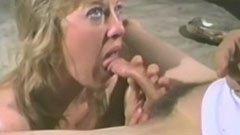 A szőke feleség maszturbál és a leszopja a gyíkot