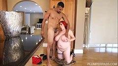 Den rödhåriga fett flicka och rörmokaren