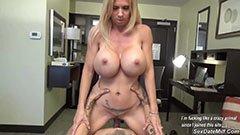 Den blonda fru knullar på kontoret