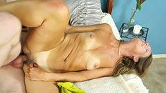 Den lilla bröst mamma dyrkar att knulla
