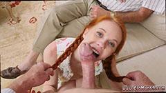 Flickan med flätor suger penis perfekt