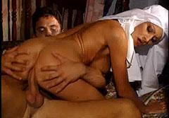 Han knullar nonnen i röven