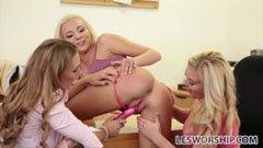 Den blonda mamma och de två unga flickvännen