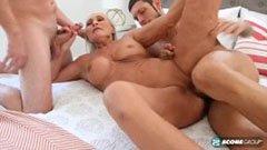 Den mogna mormor och de två vännerna