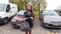Med den ungerska skönheten i bilen
