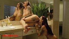 Med den tatuerade skönheten i badrummet