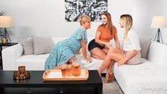 Den kurviga blonda mamman, hennes dotter och barnvakten
