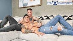 Snygga tatuerade killar i soffan